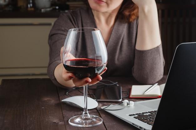 Femme travaillant à domicile sur un ordinateur portable