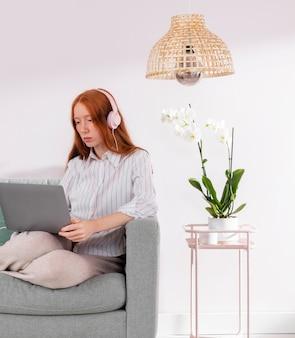Femme travaillant à domicile avec ordinateur portable