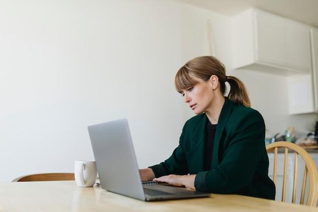 Femme travaillant à domicile pendant la pandémie de coronavirus