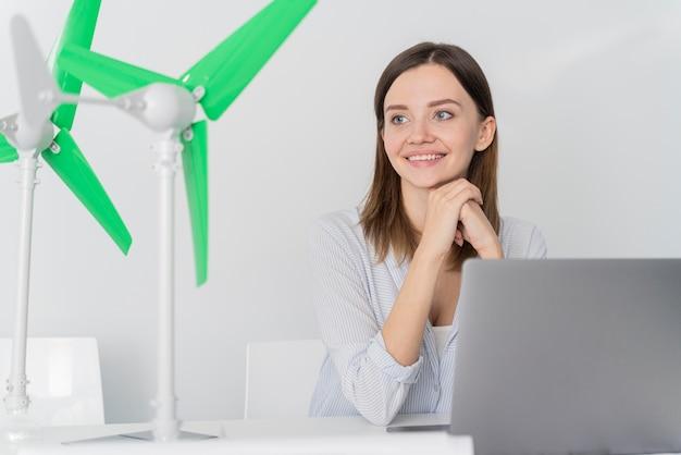 Femme travaillant sur une innovation énergétique