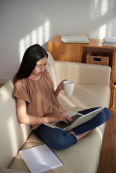 Femme travaillant en ligne à la maison