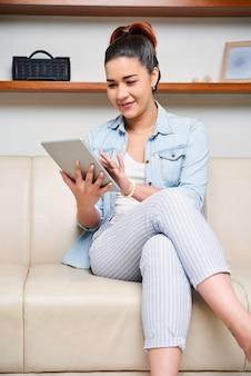 Femme travaillant en ligne sur tablet pc