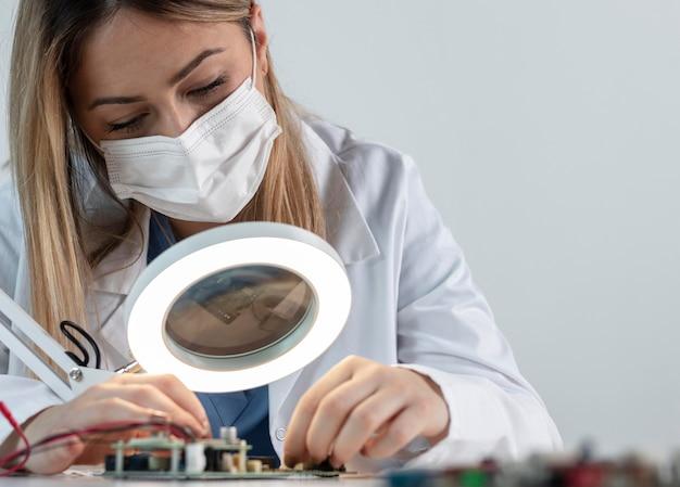 Femme travaillant avec un masque facial se bouchent