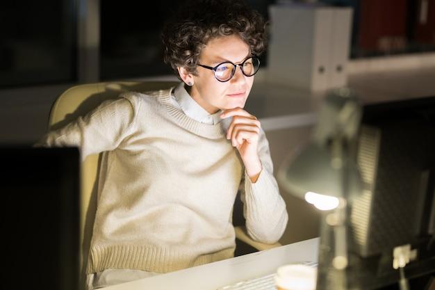 Femme travaillant à minuit
