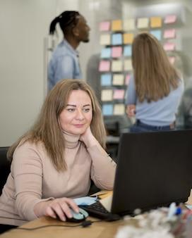 Femme travaillant sur ordinateur portable au bureau