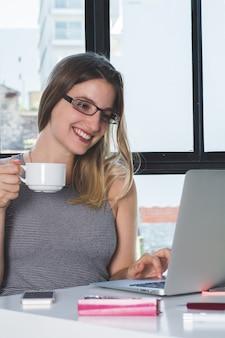 Femme travaillant sur un ordinateur portable à la maison.