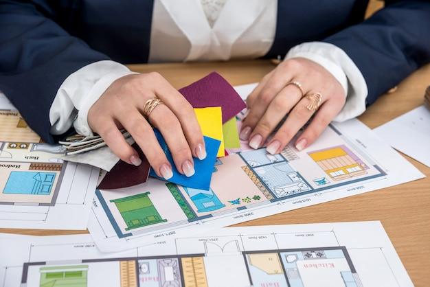 Femme travaillant avec une palette de couleurs avec plan de maison