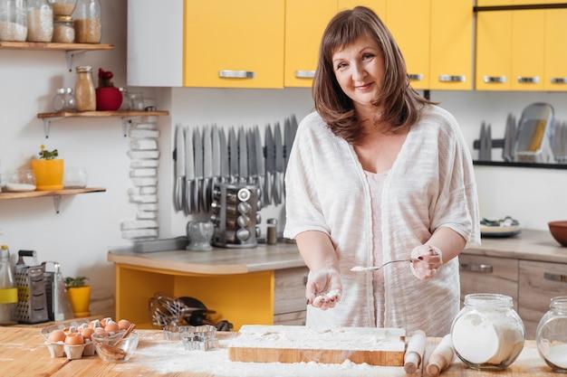 Femme travaillant avec de la pâte dans la cuisine