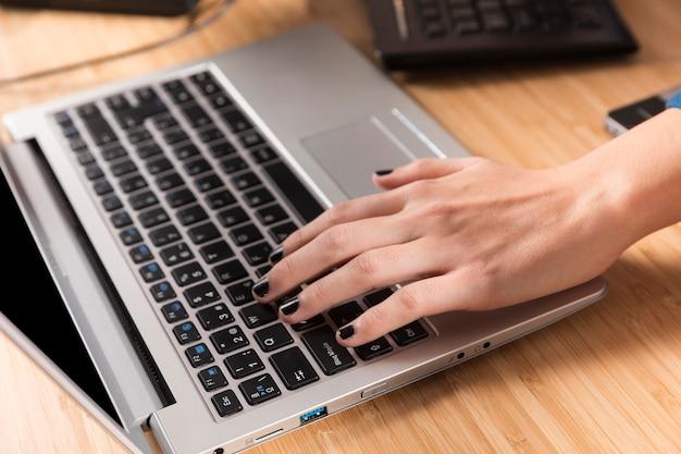 Femme travaillant sur son ordinateur portable