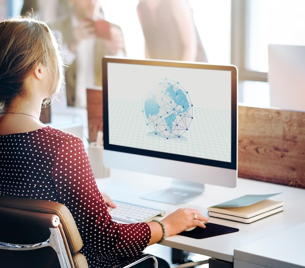 Femme travaillant sur la superposition graphique de réseau informatique
