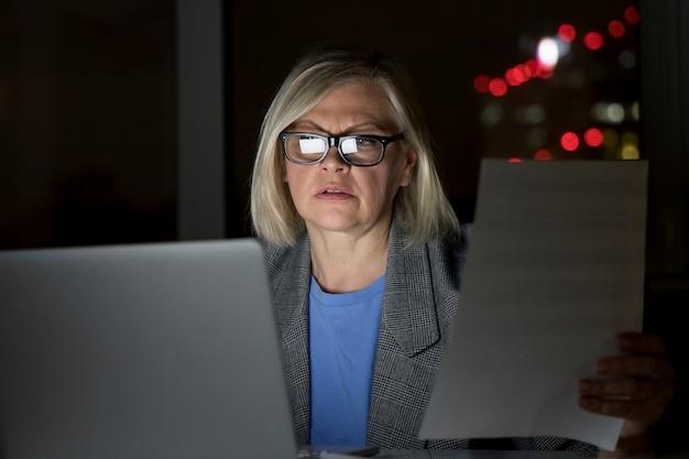 Femme travaillant tard au bureau