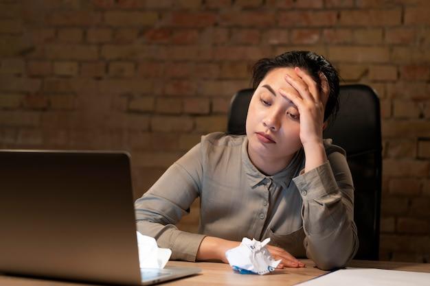 Femme travaillant tard pour un projet