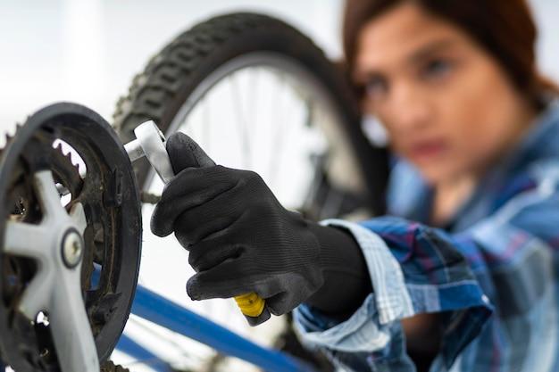 Femme travaillant à vélo