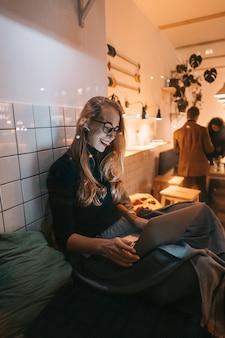 Femme travaille dans un café le soir