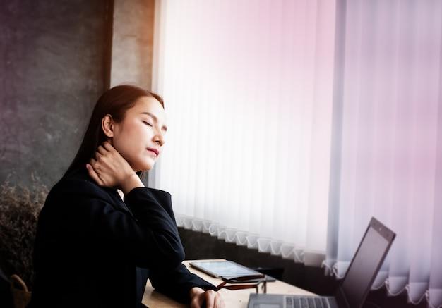 Femme travaille dur, sentiment malheureux, met la main touche son cou