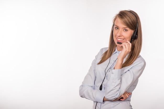 Femme travailleuse du service à la clientèle, opérateur souriant avec tête de téléphone