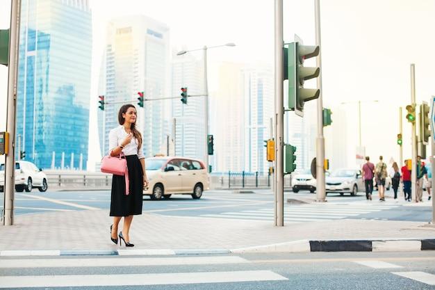 Femme traversant la route à dubaï