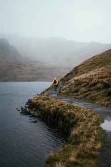 Femme trekking au bord de la rivière