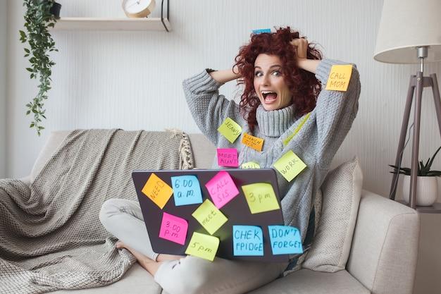 Femme très occupée femme surmenée avec de nombreuses tâches à faire. les femmes ont beaucoup à faire. femme d'affaires a souligné.