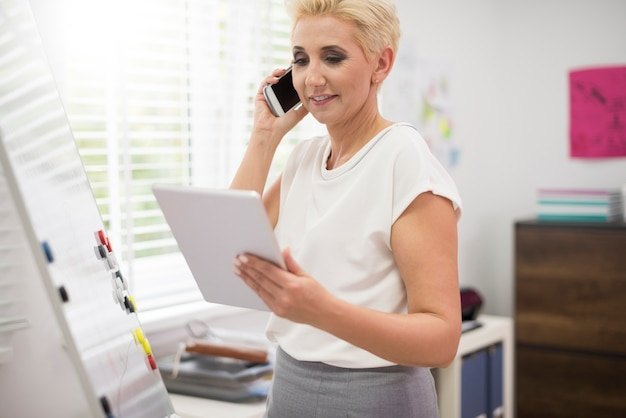 Femme très occupée travaillant au bureau