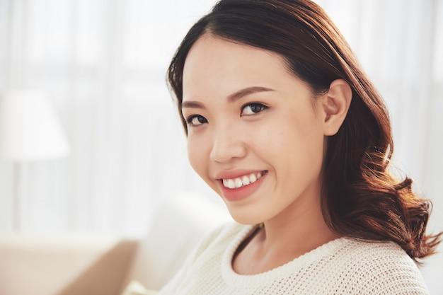 Femme très souriante