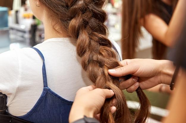 Femme, tresser, cheveux, client