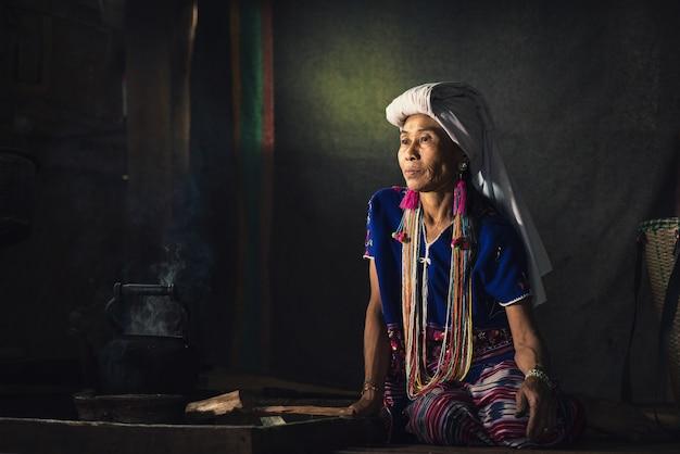 Femme tribale karen non identifiée assise chez elle près de chiangmai, thaïlande