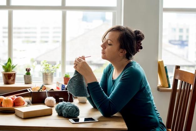 Femme tricotant artisanat passe-temps fait maison