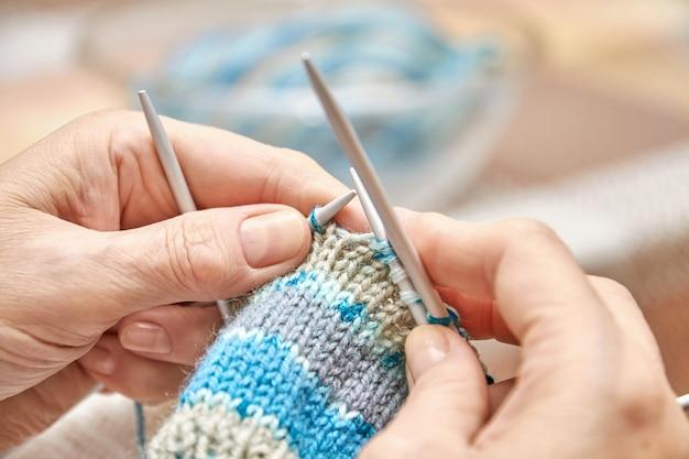 Femme tricote des chaussettes