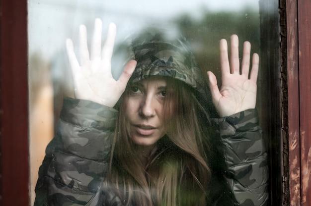 Femme triste à côté de la fenêtre