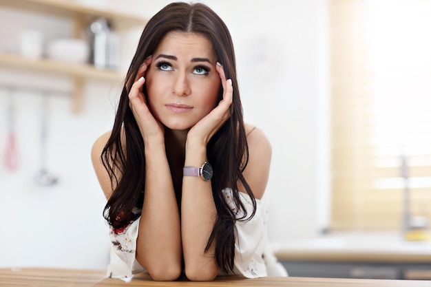Femme triste dans la cuisine moderne