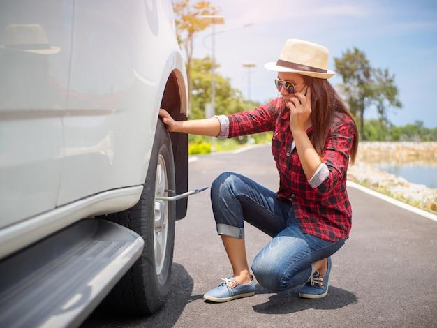 Une femme triste ne pouvait pas enlever la roue.