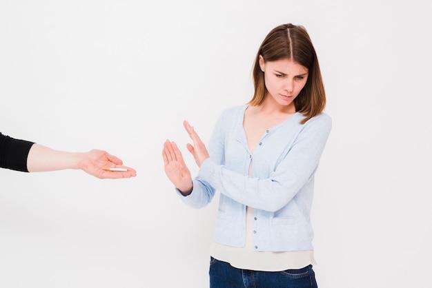 Femme triste qui dit non à l'offrande de cigarettes par l'homme