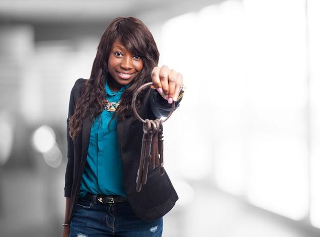 Femme avec un trousseau de clés anciennes