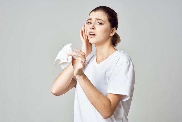 Femme en tshirt blanc mouchoir problèmes de santé froid