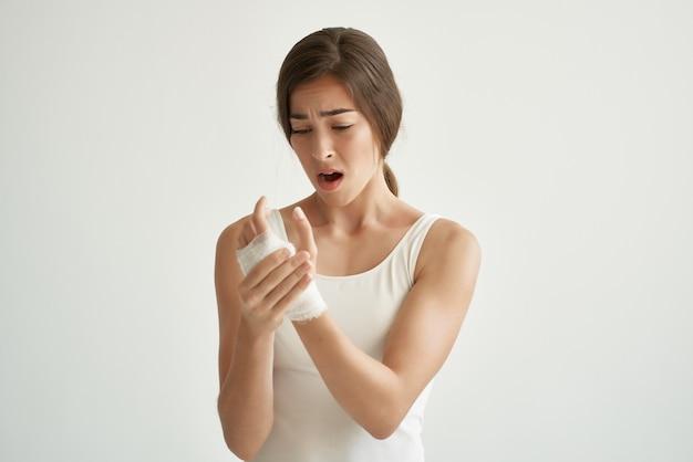 Femme en tshirt blanc traitement médicaments problèmes de santé fond clair