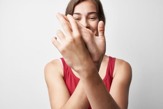 Femme en tshirt rouge dans le traitement de l'arthrite des problèmes de santé des épaules