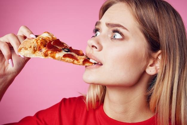 Femme en tshirt rouge snack restauration rapide fond rose