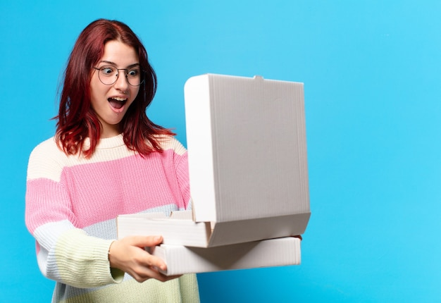 Femme tty avec des boîtes à pizza à emporter