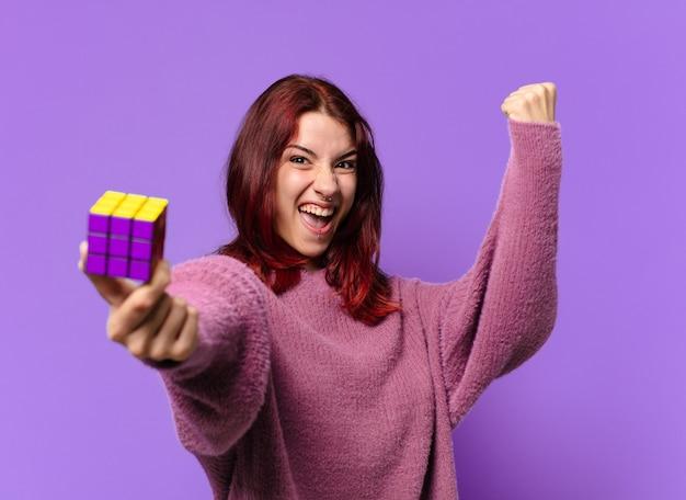Femme tty avec un défi de jouet d'intelligence