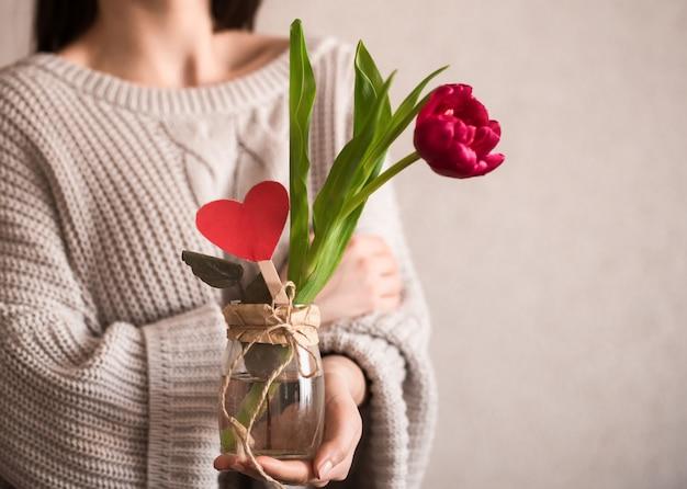 Femme, tulipe, mains