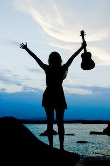 Femme, à, ukulélé, par, les, mer, silhouette