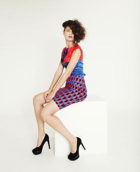 Femme ultramoderne. mode et glamour.