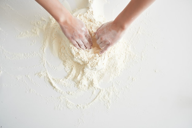Femme en uniforme de chefs pétrir la pâte à l'oignon cuisine boulangerie cuisson pâtisserie