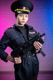 Une femme en uniforme de police russe avec des menottes traduction en anglais police