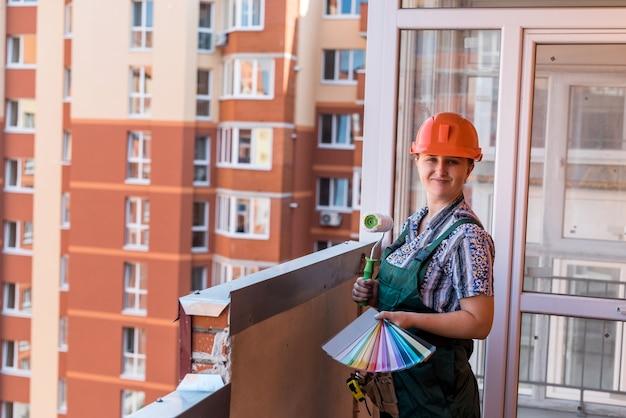 Femme en uniforme de protection posant avec palette de couleurs