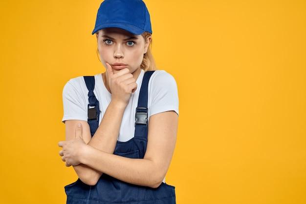 Femme en uniforme de travail bonnet bleu offrant un service de messagerie fond jaune