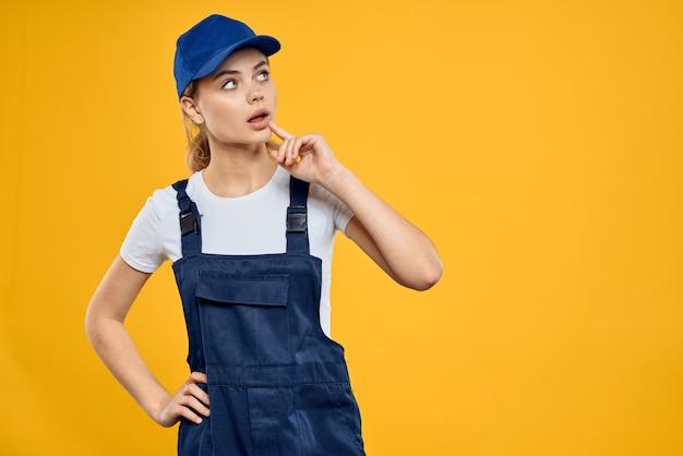 Femme en uniforme de travail bonnet bleu offrant un service de messagerie