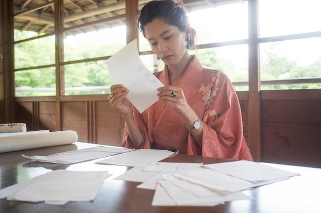 Femme utilisant du papier spécial pour l'origami