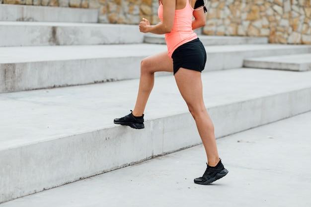 Femme utilisant des escaliers pour faire des mouvements brusques